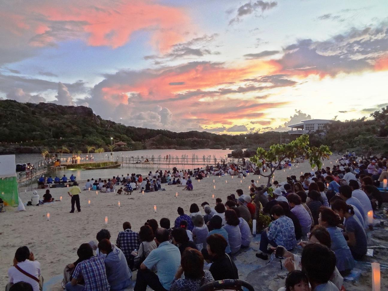 この日のためだけに造られた海上ステージ。夕暮れ時に予選を勝ち抜いた唄者さんの唄三線が響き渡ります。